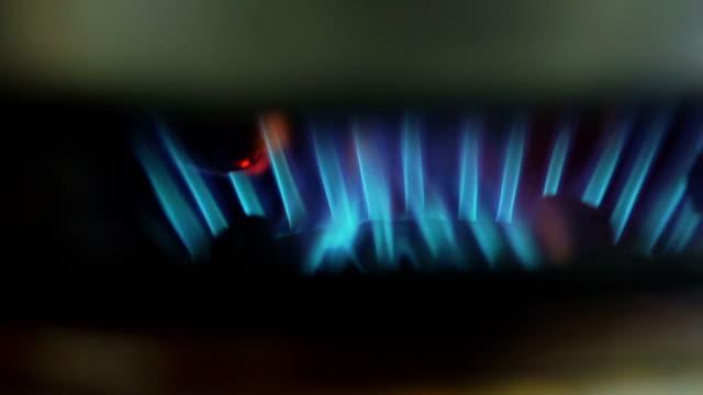 ストーブを点灯します。ストーブにガスが燃えている。 - ガスコンロ点の映像素材/bロール