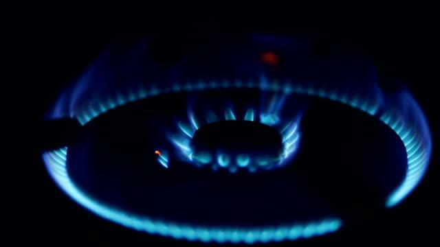 ストーブの照明。ストーブの燃焼ガス。 - ガスコンロ点の映像素材/bロール
