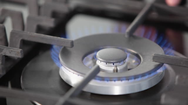 vídeos de stock, filmes e b-roll de ms lighting the stove / sao paulo, brazil - fogão