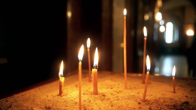 教会でろうそくを灯す - 懺悔点の映像素材/bロール