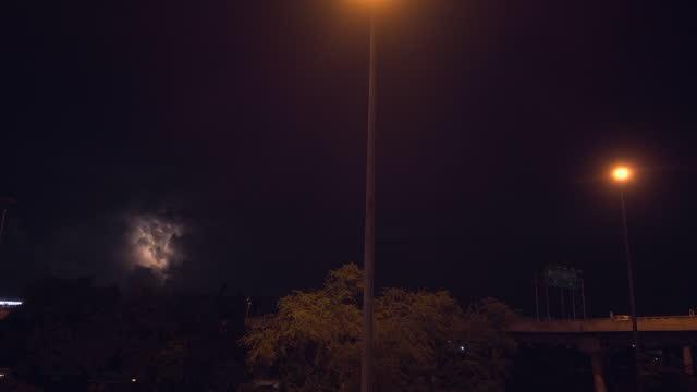 vídeos de stock, filmes e b-roll de relâmpago atrás da nuvem na cidade - ominoso