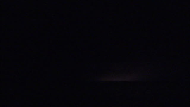 vidéos et rushes de lightning flashes above the ocean. - tempête