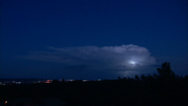 vidéos et rushes de lightning flashes on a distant horizon. - orage