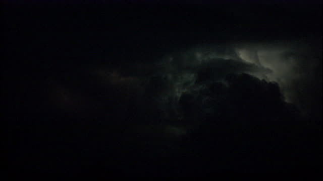 vidéos et rushes de lightning flashes within thunderclouds at night. available in hd. - orage