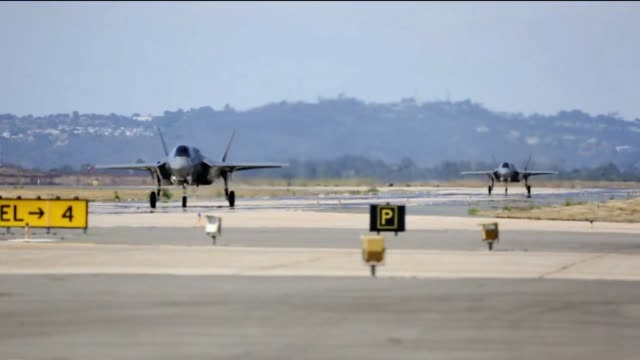 vídeos de stock e filmes b-roll de f-35b lightning ii aircrafts landing and refueling at marine corps air station miramar - fuzileiro naval