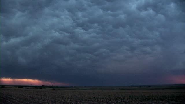 stockvideo's en b-roll-footage met lightning in mammatus clouds - mei