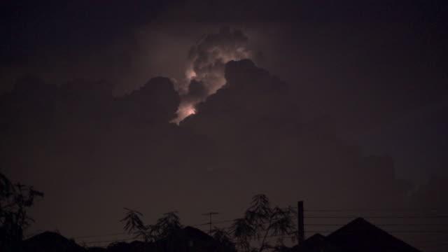 stockvideo's en b-roll-footage met bliksem op cloud tilt shot - zigzagbliksem