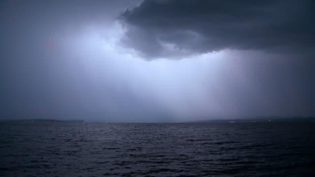 vídeos de stock, filmes e b-roll de lightning over lake - ominoso