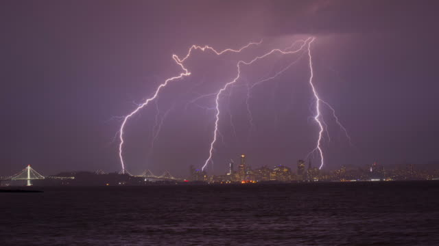vídeos y material grabado en eventos de stock de lightning over the bay bridge and san francisco - relámpagos