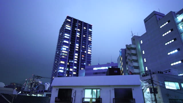 lightning over the residences district of minami-ikebukuro district in the night at ikebukuro, toshima-ku tokyo. - 集合住宅点の映像素材/bロール