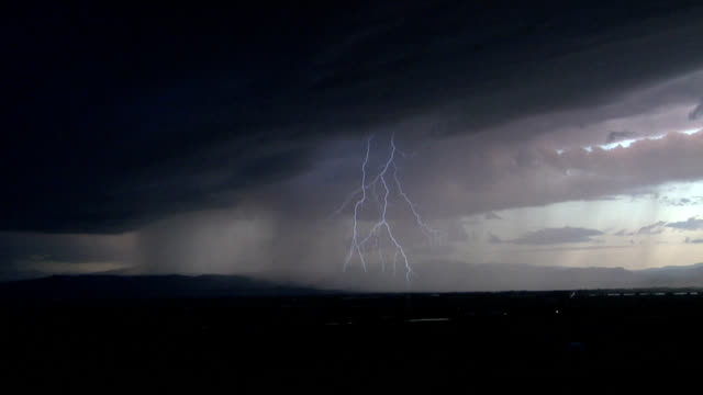stockvideo's en b-roll-footage met lightning strike - horizon