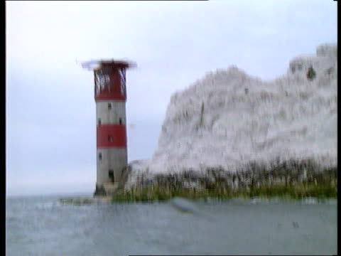 vidéos et rushes de hants isle of wight gv lighthouse seen from sea track rl seq tony isaacs loading supplies on 'maverick' fishing boat isaacs on boat taking supplies... - bow window