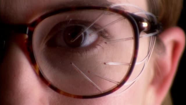 lights blink inside the lenses of sleep aid glasses. - 瞬き点の映像素材/bロール