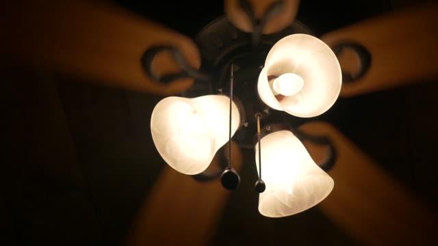 vídeos de stock, filmes e b-roll de lights & ceiling fan spinning - ventilador de teto