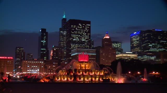 wgn lights changing in chicago's buckingham fountain at night on sept 21 2017 - buckingham fountain stock videos and b-roll footage