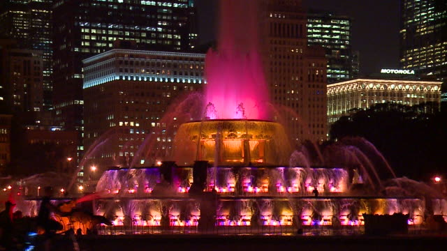 lights changing in chicago's buckingham fountain at night on sept. 21, 2017. - buckingham fountain stock videos & royalty-free footage