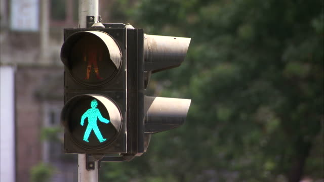 lights flash on a traffic signal. available in hd - ampel stock-videos und b-roll-filmmaterial