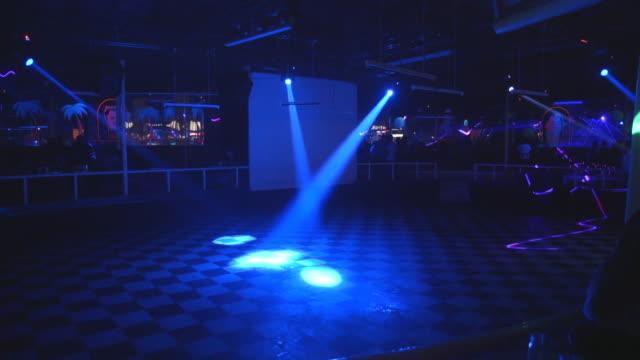 vidéos et rushes de lights flash on empty dance floor in chilean nightclub - dancing