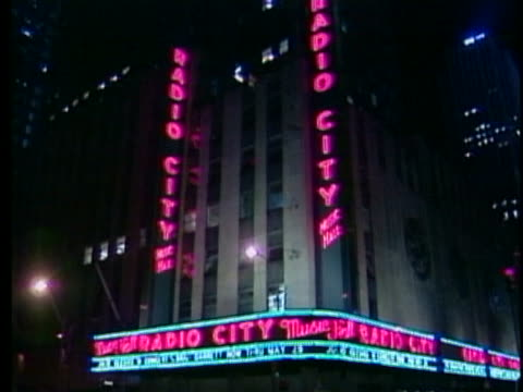 vídeos de stock e filmes b-roll de lights glitter above radio city music hall in new york city - music or celebrities or fashion or film industry or film premiere or youth culture or novelty item or vacations