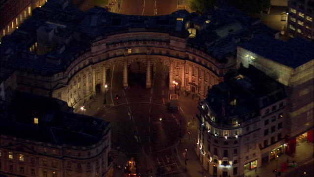 stockvideo's en b-roll-footage met lights illuminate admiralty arch in westminster. - ministerie van defensie