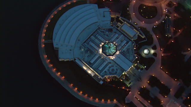 vídeos de stock e filmes b-roll de lights illuminate shedd aquarium in chicago, illinois. - aquário john g shedd