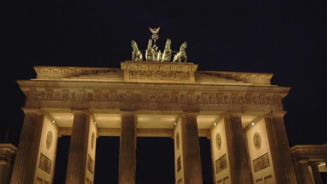 lights illuminate the brandenburg gate.. - ベルリン点の映像素材/bロール