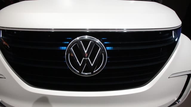 vídeos de stock e filmes b-roll de led lights illuminate the grille of a volkswagen budde concept automobile produced by volkswagen ag on display at a pre show event ahead of the 86th... - grade de radiador
