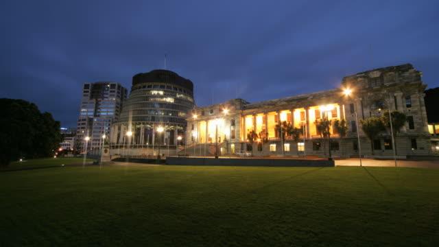 vidéos et rushes de lights illuminate the new zealand parliament buildings in wellington. - nouvelle zélande