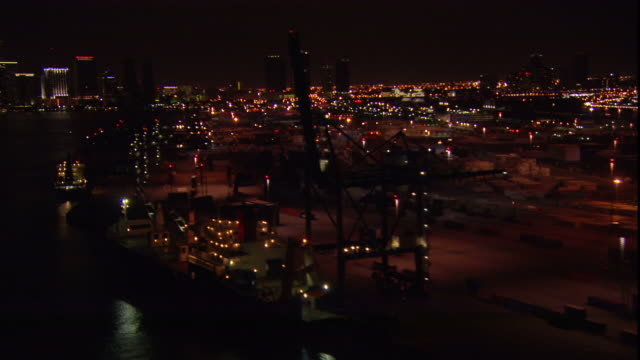 vídeos y material grabado en eventos de stock de lights illuminate the port of miami at night. - bahía de biscayne
