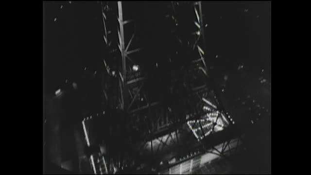 vídeos de stock e filmes b-roll de lights illuminate the tokyo tower at night. - 1950 1959