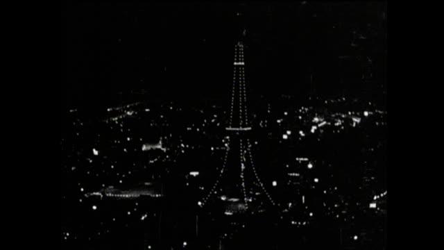 vidéos et rushes de lights illuminate the tokyo tower. - après guerre