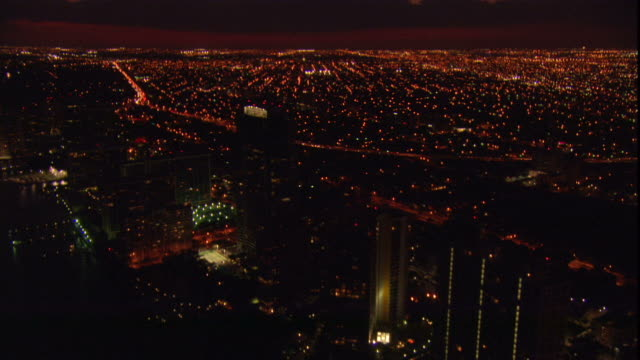 lights illuminate the windows of a penthouse in miami. - ペントハウス点の映像素材/bロール