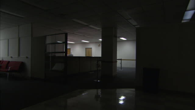 ws ds lights in empty office, brooklyn, new york city, usa - korridor stock-videos und b-roll-filmmaterial
