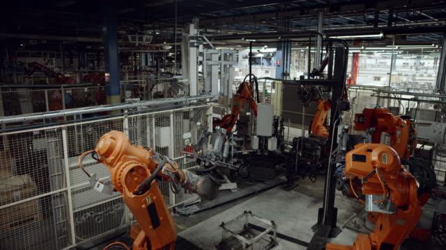 vidéos et rushes de cs lumières s'allumant en usine avec des robots industriels - slovénie