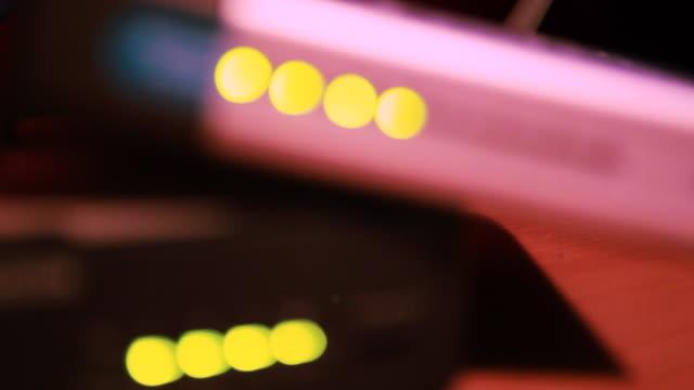 hd: luci su router wireless - dissolvenza in chiusura video stock e b–roll