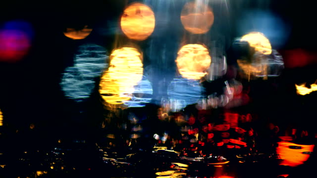 vídeos de stock e filmes b-roll de lights reflection in pool, passing cars, night - reflection