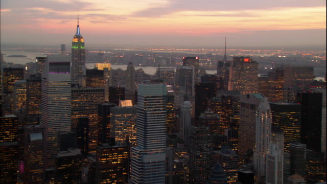 stockvideo's en b-roll-footage met lights sparkle on skyscrapers, including the empire state building and the metlife building in new york. - metlife building