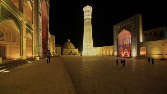 vídeos de stock, filmes e b-roll de lightshow on colorful illuminated ensemble of mir-i arab-madressa kalyan-mosque and minaret - madressa