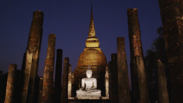 light-up at wat sa si early evening, sukhothai historical park, thailand - religion stock videos & royalty-free footage