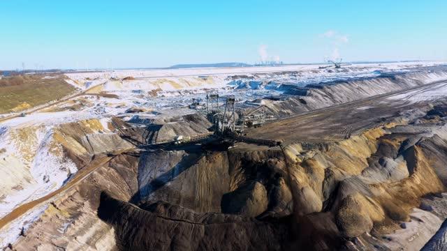 lignite mining at garzweiler, grevenbroich, germany - kohle stock-videos und b-roll-filmmaterial
