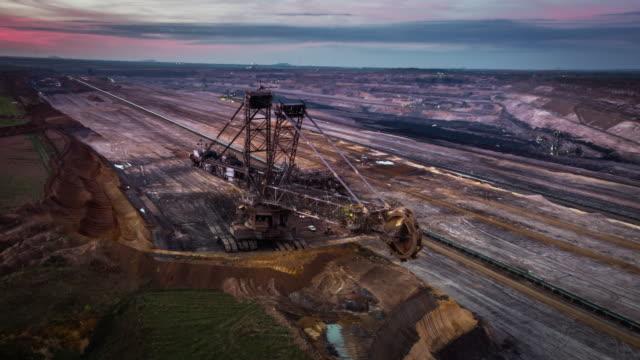 vidéos et rushes de antenne: lignite ouvert mine - fonte charbon - charbon