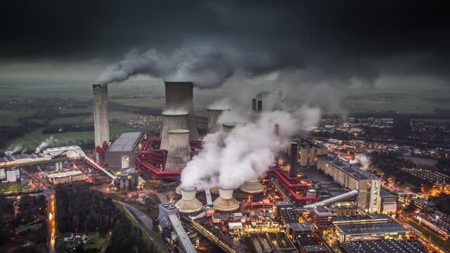 braunkohlekraftwerk - lufthyperlapse - smog stock-videos und b-roll-filmmaterial