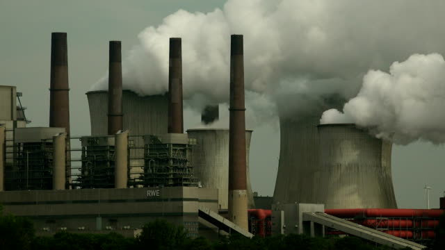 lignite-fired power plant neurathopen brown coal pit garzweiler, grevenbroich, north rhine westphalia, germany - 化石燃料点の映像素材/bロール