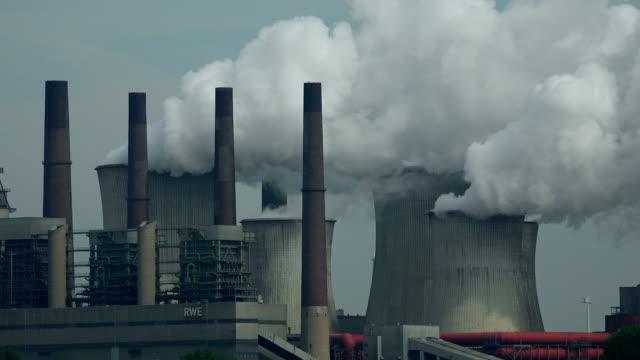 lignite-fired power plant neurathopen brown coal pit garzweiler, grevenbroich, north rhine westphalia, germany - fossiler brennstoff stock-videos und b-roll-filmmaterial