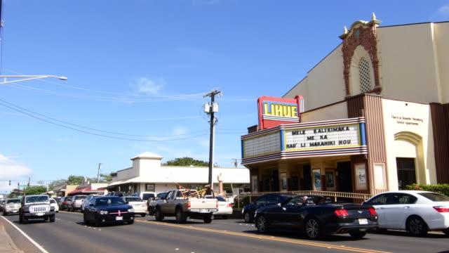 vídeos de stock, filmes e b-roll de lihue kauai hawaii main street traffic in front of theater and shops 4k - escrita ocidental