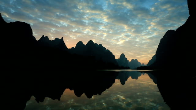 stockvideo's en b-roll-footage met lijiang river in guilin - rivieroever