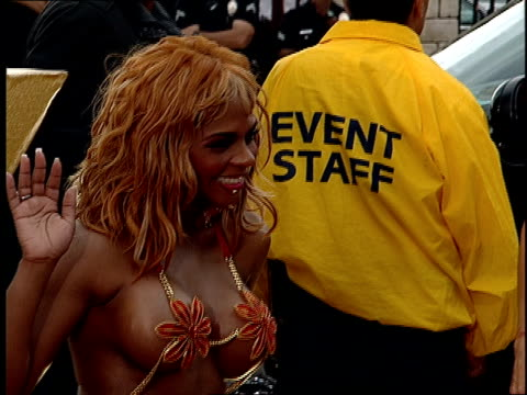 Lil' Kim arriving on the red carpet at the 2001 MTV Movie Awards