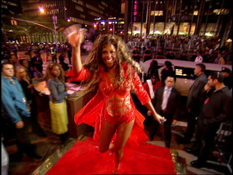 lil' kim arriving to the 2000 mtv video music awards red carpet - mtv1 stock-videos und b-roll-filmmaterial