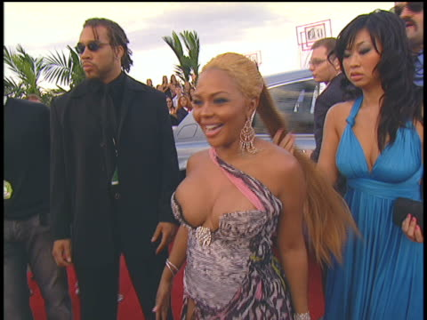 stockvideo's en b-roll-footage met lil' kim arriving to the 2004 mtv video music awards red carpet. - 2004