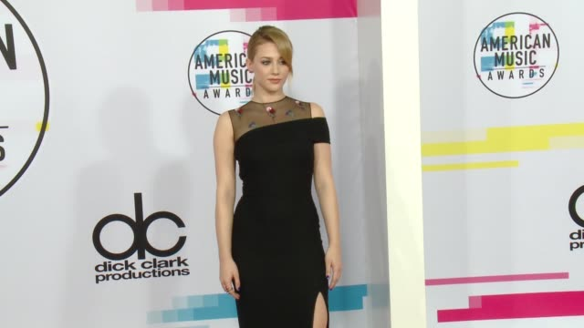 lili reinhart at 2017 american music awards on november 19 2017 in los angeles california - american music awards video stock e b–roll
